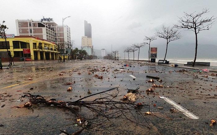 Debris on the street in Da Nang City after Vamco swept through on November 15, 2020. (Photo: NDO)
