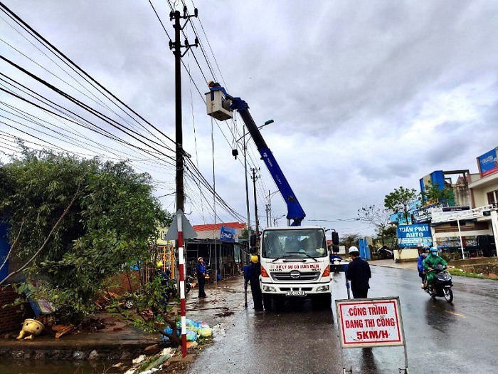 Workers from the Quang Binh Power Company conduct repairs after being hit by Storm Vamco on Sunday. (Photo: NDO)