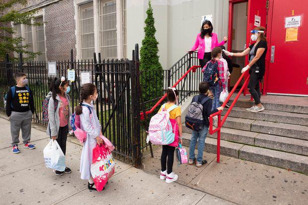 Thành phố New York đóng cửa toàn bộ trường học công lập vì COVID-19 - Ảnh 1.