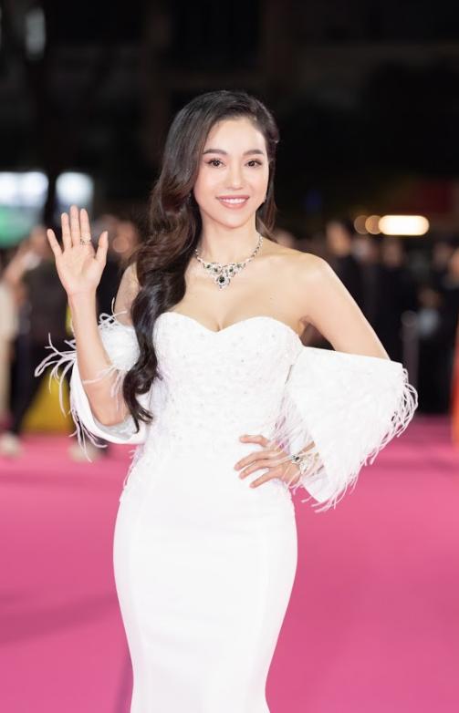 Tiểu Vy, Đỗ Mỹ Linh đọ trang sức bạc tỷ trên thảm đỏ Chung kết toàn quốc Hoa hậu Việt Nam 2020 - Ảnh 3.