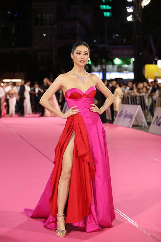 Tiểu Vy, Đỗ Mỹ Linh đọ trang sức bạc tỷ trên thảm đỏ Chung kết toàn quốc Hoa hậu Việt Nam 2020 - Ảnh 4.