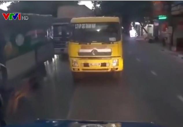 Chạy sai làn đường, ô tô bị container ép phải đi lùi - Ảnh 1.