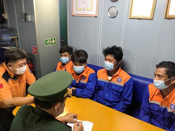 Cứu 4 thuyền viên bị chìm tàu trên biển Vũng Tàu vào bờ an toàn - Ảnh 2.