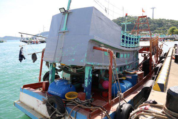 Bắt giữ tàu chở dầu không rõ nguồn gốc trên vùng biển Tây Nam - Ảnh 1.