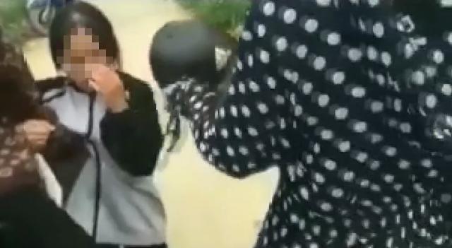 Nữ sinh lớp 12 bị bạn cầm mũ bảo hiểm đánh liên tiếp vào đầu, bắt quỳ xin lỗi - Ảnh 1.