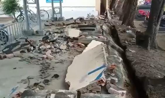Tường rào trường tiểu học đổ sập, đè hàng chục xe của học sinh - Ảnh 1.