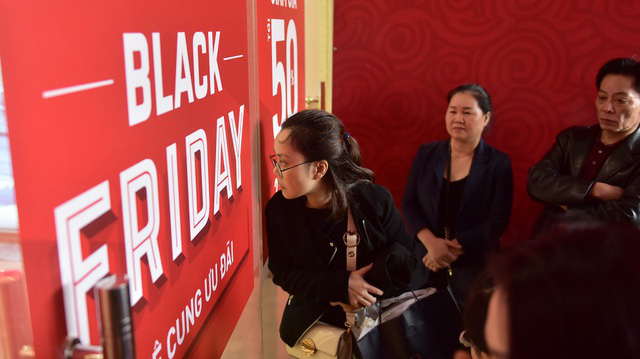 Sôi động không khí mua sắm đêm trước Black Friday - Ảnh 1.