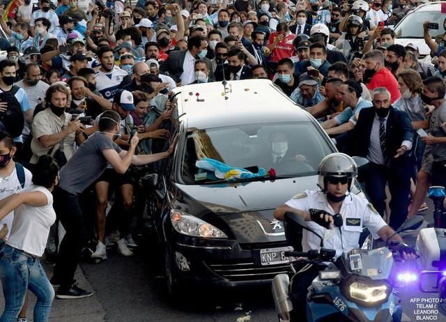 Maradona về nơi an nghỉ cuối cùng - Ảnh 3.