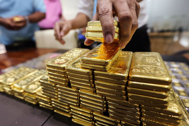 Mở đầu tuần mới, giá vàng tiếp tục lao dốc mạnh - Ảnh 1.