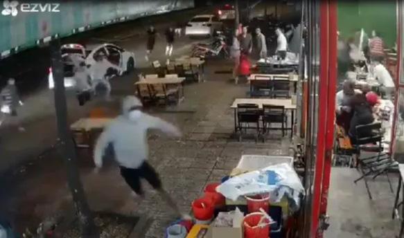 Băng nhóm bịt mặt từ 3 ô tô lao vào quán nhậu hỗn chiến kinh hoàng - Ảnh 1.