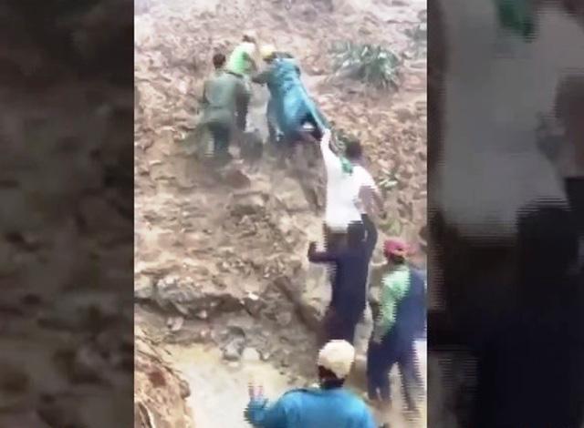 Băng rừng, lội suối đưa thai phụ tại khu vực sạt lở đi cấp cứu - Ảnh 2.