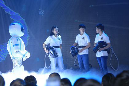 Thủ tướng biểu dương nhóm học sinh Việt sáng chế Mũ cách ly di động Vihelm phòng chống COVID-19 - Ảnh 1.