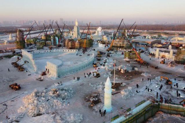 Độc đáo, khai thác hàng nghìn khối băng để xây lâu đài và chùa ở Trung Quốc - ảnh 3