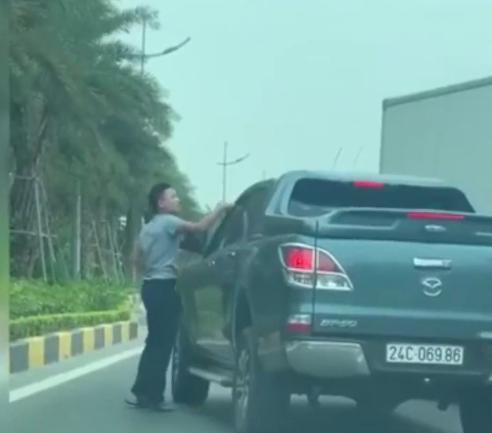 VIDEO: Xe tải liên tục tạt đầu, chèn ép xe khác trên phố - Ảnh 1.