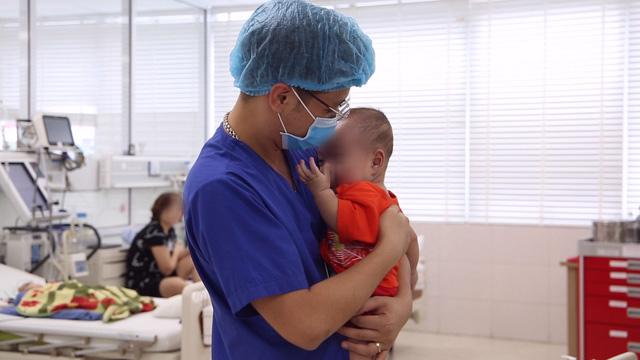 Bé trai 9 tháng tuổi ngừng tim 3 lần được cứu sống kỳ diệu - Ảnh 1.