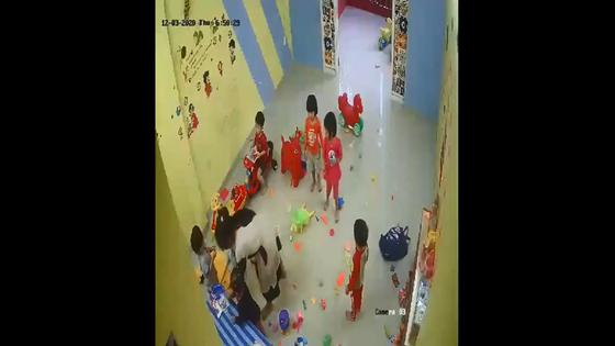 Kéo trẻ vào góc khuất camera, cô giáo mầm non đánh 4 trẻ gây bức xúc - Ảnh 1.