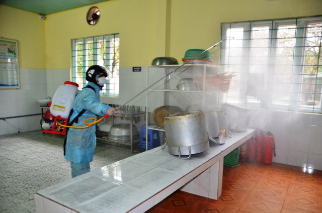 Spraying disinfectant chemicals in a school to prevent nCoV infection. (Photo: NDO)