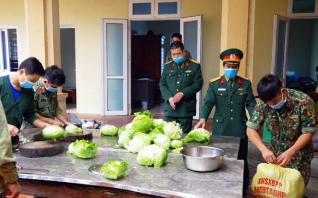 Processing food to serve people in medical isolated areas in Lao Cai. (Photo: NDO)