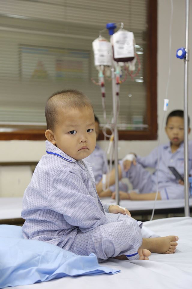 Những đứa trẻ chưa được ra viện vì thiếu máu nhóm A - Ảnh 1.