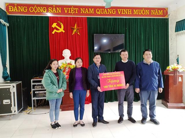 Representative of Nhan Dan Newspaper handing over 100 tons of cement to Peoples Committee of Xuan La Commune.