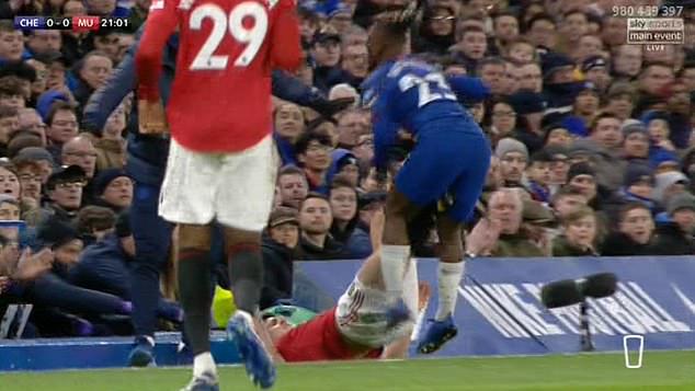 Cựu thủ quân Man Utd tin Maguire đáng nhận thẻ đỏ trong trận gặp Chelsea - Ảnh 1.