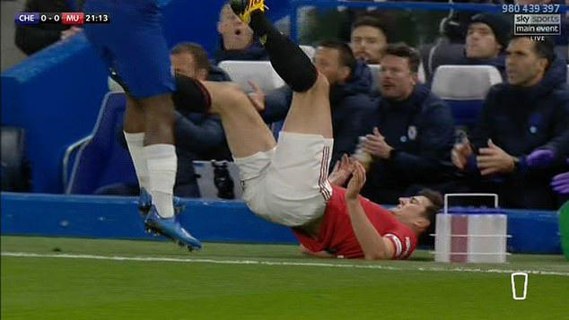 Cựu thủ quân Man Utd tin Maguire đáng nhận thẻ đỏ trong trận gặp Chelsea - Ảnh 2.
