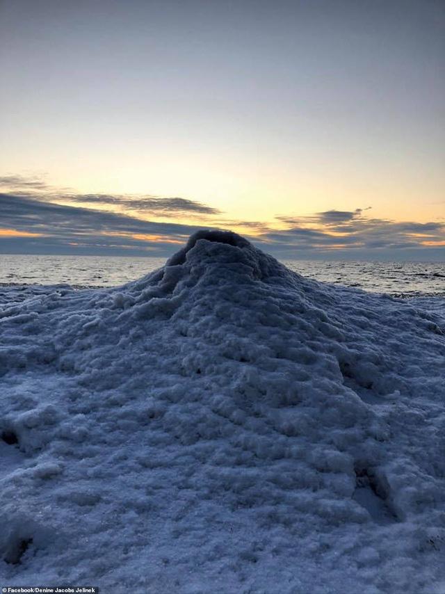 Hình ảnh phun trào tuyệt đẹp của núi lửa băng - ảnh 2