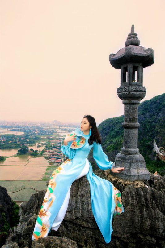 Đại sứ áo dài Việt Nam khoe bộ ảnh tuyệt đẹp trên đỉnh Hang Múa - Ảnh 5.