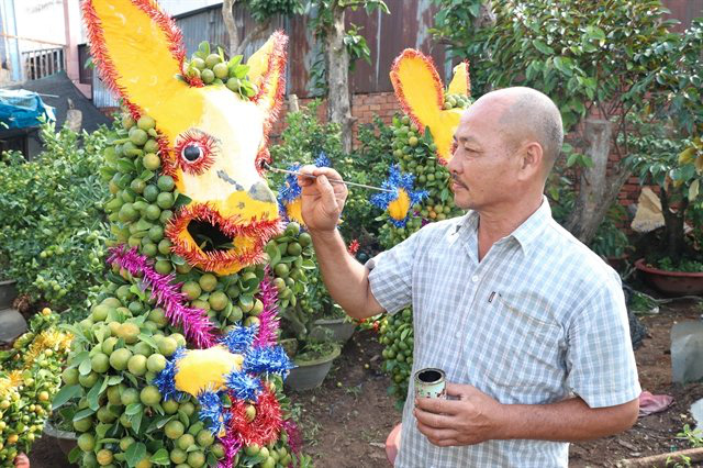 An artisan makes an ornamental plant pot in the shape of the rat for Tet in Ben Tre Province. (Photo: VNA)
