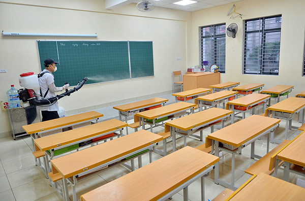 All classrooms, libraries and campuses in Hoang Dieu Primary School in Hanoi's Ba Dinh District sprayed with disinfectant on February 1, 2020. (Photo: NDO/Duy Linh)