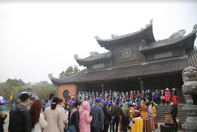 Bai Dinh Pagoda in Ninh Binh Province presents free medical masks to tourists to prevent nCoV spread. (Photo: NDO)