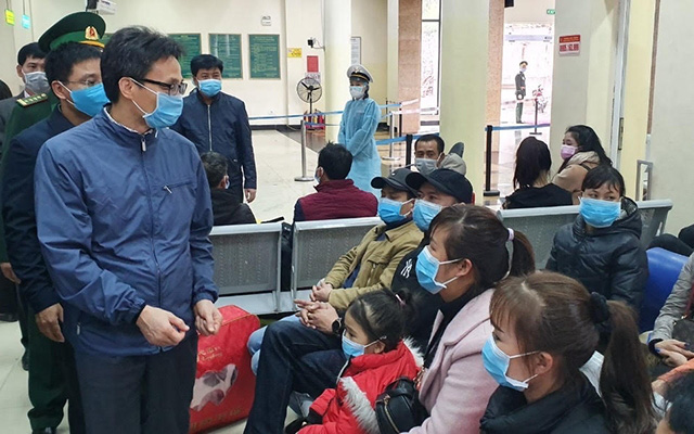 Deputy PM Vu Duc Dam (far left) inspects the prevention and control of pneumonia caused by nCoV at the Mong Cai International Border Gate in Quang Ninh Province on February 2, 2020. (Photo: NDO/Quang Tho)