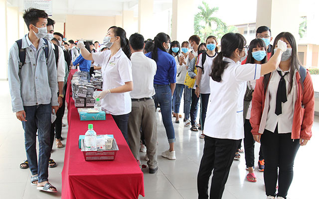 Vinh Long University of Technology Education measures students body temperature on the morning of February 3, 2020. (Photo: NDO)