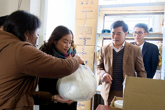 Van Ho District Health Centre in Son La Province distributes anti-epidemic drugs for grassroots medical units. (Photo: NDO)