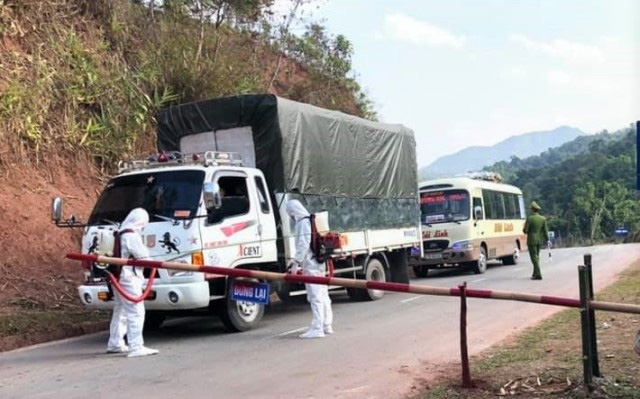 Spraying and disinfecting means through a quarantine post in Quang Lam Commune, Dien Bien Province's Muong Nhe District. (Photo: NDO)