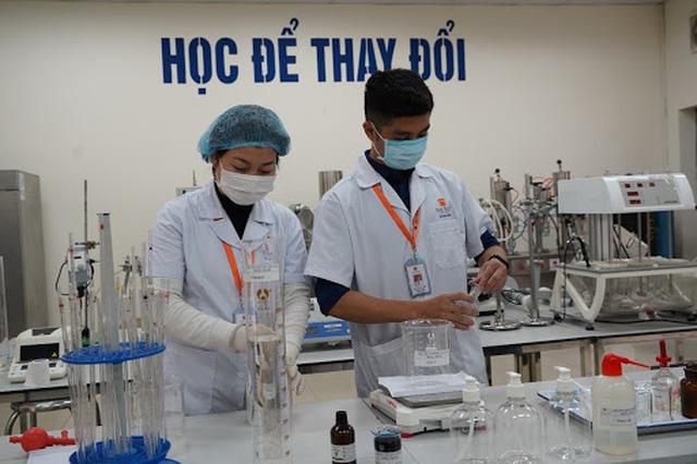 Một đại học chi 2 tỷ đồng pha chế gel rửa tay sát khuẩn tặng cộng đồng - Ảnh 1.