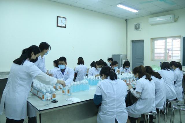 Một đại học chi 2 tỷ đồng pha chế gel rửa tay sát khuẩn tặng cộng đồng - Ảnh 2.
