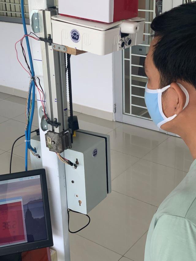 Trường ĐH Trà Vinh chế tạo thiết bị đo thân nhiệt tự động từ xa - ảnh 2