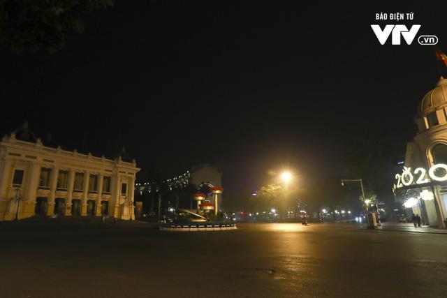 Dịch COVID-19: Hà Nội vắng lặng như tờ trong ngày đầu thực hiện Chỉ thị 16 của Thủ tướng Chính phủ - Ảnh 1.