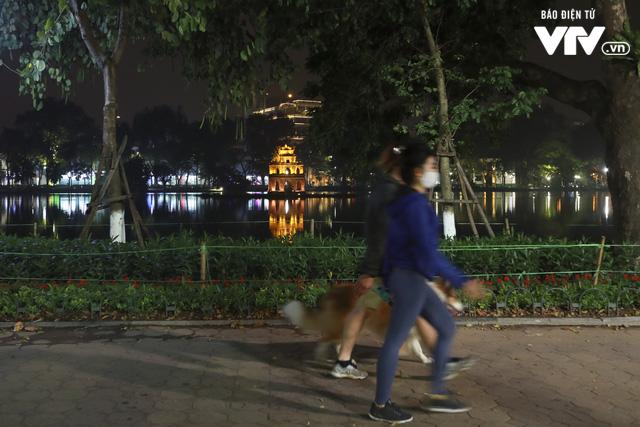 Dịch COVID-19: Hà Nội vắng lặng như tờ trong ngày đầu thực hiện Chỉ thị 16 của Thủ tướng Chính phủ - Ảnh 6.