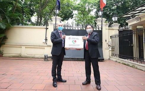Italian Ambassador to Vietnam Antonio Alessandro receive gifts from Vietnam. Photo: Thoi  Dai (Age) Newspaper