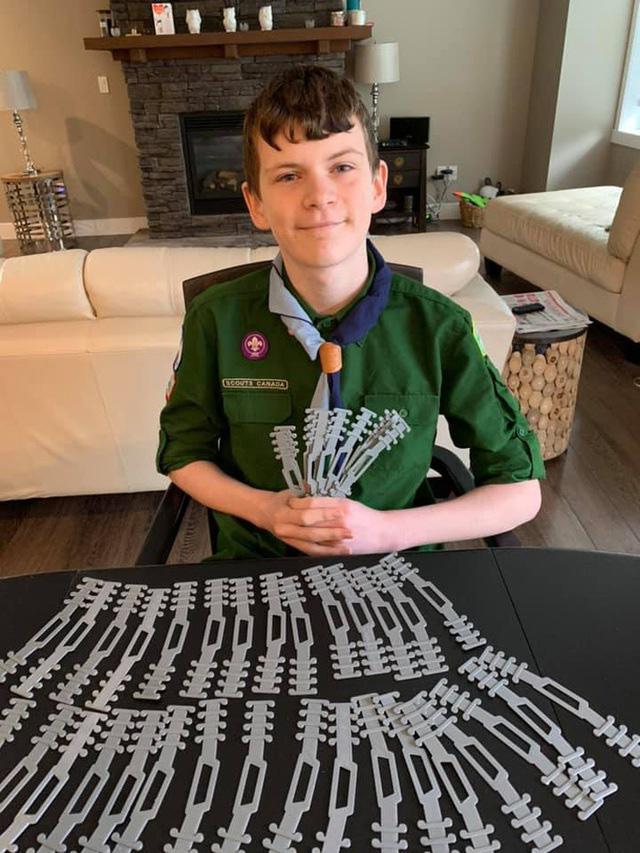 Dùng máy in 3D, cậu bé 12 tuổi có phát kiến độc đáo trong mùa COVID-19 - Ảnh 1.