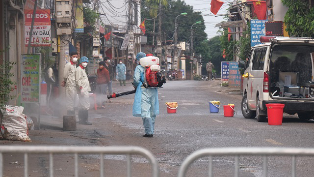 Disinfecting Ha Loi Village in Me Linh Commune, Hanoi's Me Linh District. (Photo: VNA)