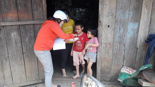 Thầy cô giáo vượt khó khăn tới tận thôn buôn giao bài tập cho học sinh - Ảnh 1.