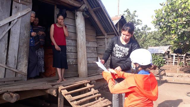 Thầy cô giáo vượt khó khăn tới tận thôn buôn giao bài tập cho học sinh - Ảnh 2.