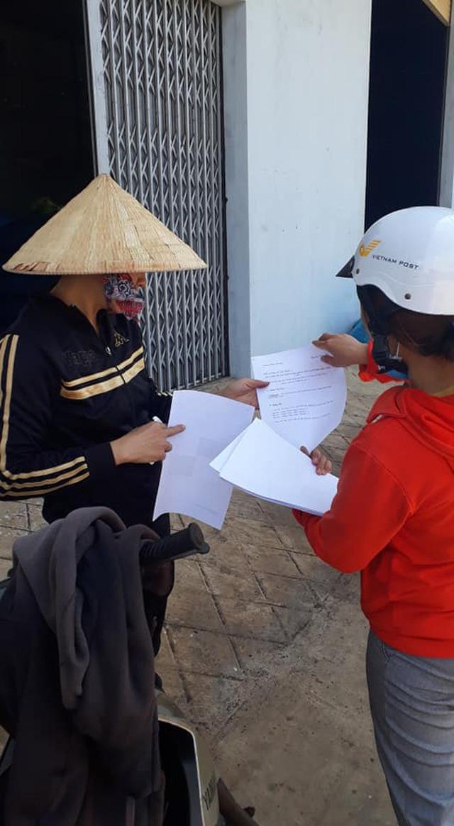 Thầy cô giáo vượt khó khăn tới tận thôn buôn giao bài tập cho học sinh - Ảnh 3.