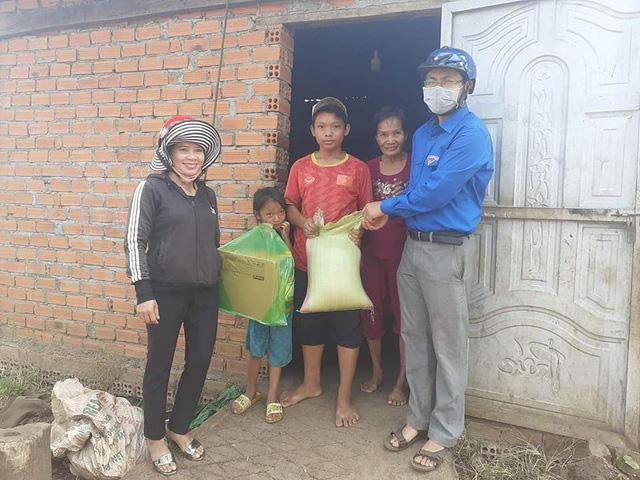 Thầy cô giáo vượt khó khăn tới tận thôn buôn giao bài tập cho học sinh - Ảnh 4.