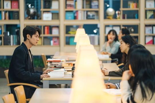 Cuộc gặp gỡ đầu tiên của Lee Min Ho và Kim Go Eun trong The King: Eternal Monarch - Ảnh 1.