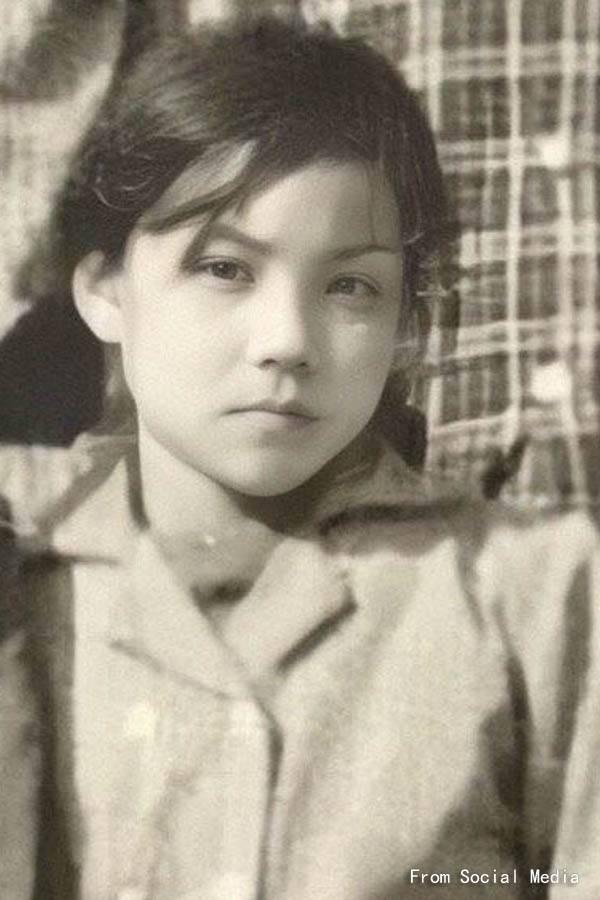 Bức ảnh Vương Phi năm 12 tuổi được khai quật, siêu ngầu! - Ảnh 2.
