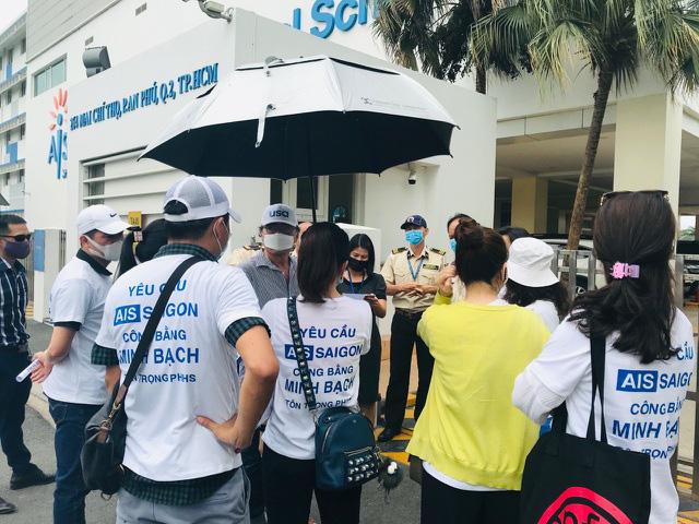 Phụ huynh phản đối thu phí học online, Sở GD&ĐT TP.HCM lên tiếng - Ảnh 1.
